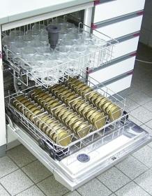 Spülmaschine mit Honiggläsern und Deckeln